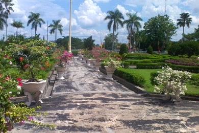 Taman di bagian depan Istana Siak