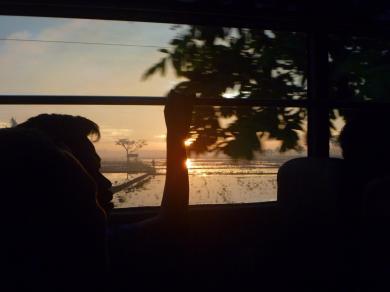 penampakan sunrise dari dalam bus