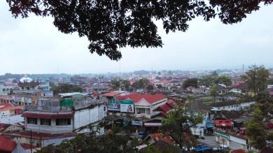 Pemandangan kota Bukittinggi dari area Jam Gadang