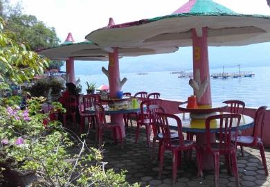 Rumah makan di tepi Danau Singkarak