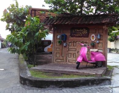 Kabarnya vespa pink yang dipajang di sudut halaman pabrik Coklat Monggo tersebut merupakan kendaraan yang digunakan oleh Thierry Detournay saat menjajakan produk coklat buatannya saat awal-awal di sekitar daerah UGM